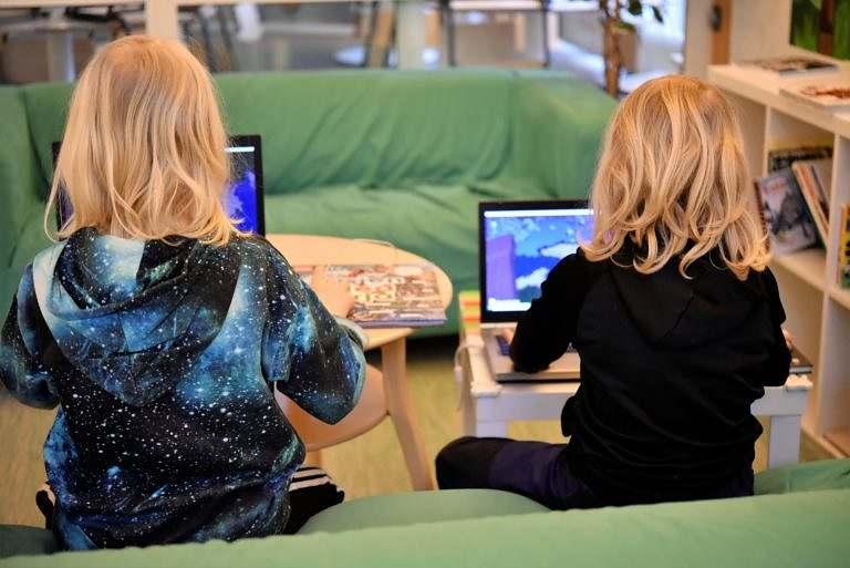 Två elever som jobbar på sina datorer